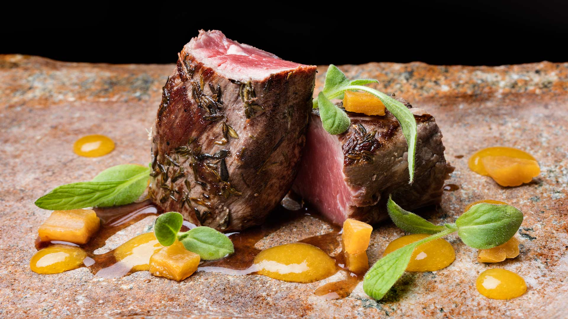 plato de carne restaurante auga